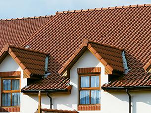 Large interlocking profiled tiles